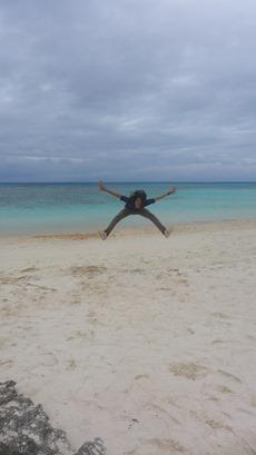 人気観光地ニシハマビーチで飛ぶ私 波照間島