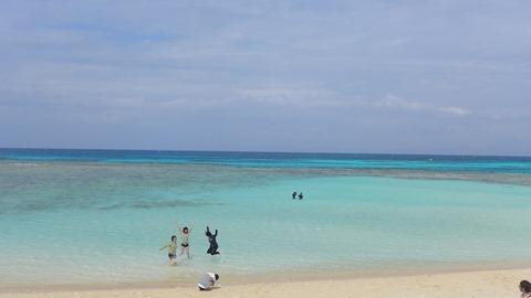 人気観光地ニシハマビーチで飛ぶ女の子たち 波照間島