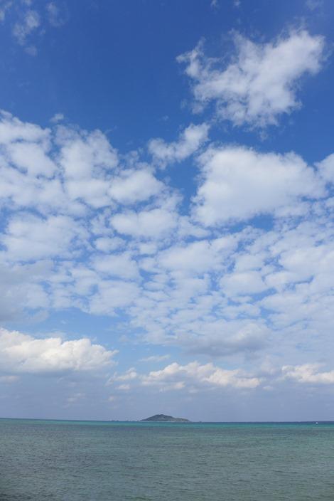 島尻漁港から大神島を眺める