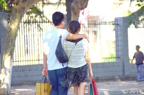 デートで歩く画像