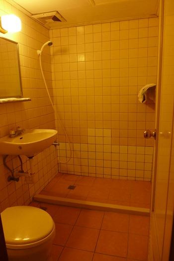 クラウン ホテル タイチュン(Crown Hotel Taichung)浴室と トイレトイレー!!  ε==ε==(ノ ̄ー ̄)ツ ||WC||